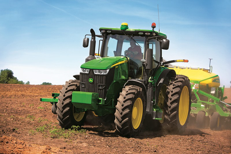 7R tractors provide customers with more advanced transmission options for optimal field performance and control.